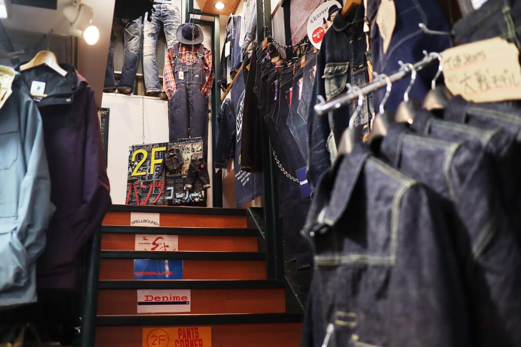 2階には、品揃え抜群のジーンズコーナー。