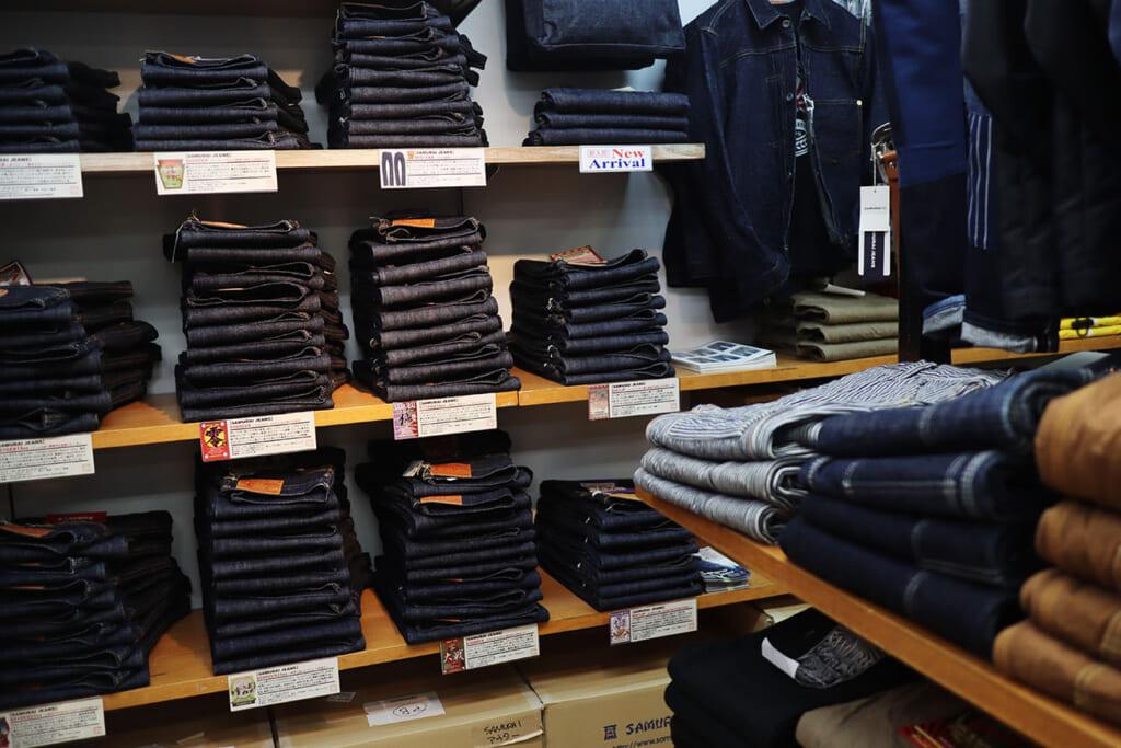 2階には、品揃え抜群のジーンズコーナー